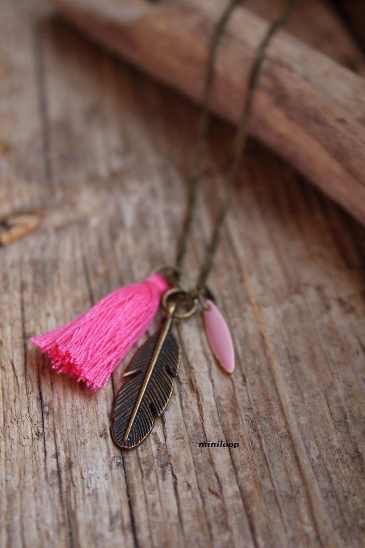 Sautoir d'été pompon plume goutte émaillée vieux rose : Collier par miniloop