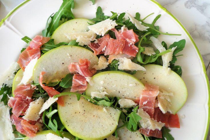 L'insalata di rucola con prosciutto crudo, mele verdi e parmigiano è sicuramente particolare ed originale ma costituirà un piatto dalle mille sfumature di sapore. Ecco la ricetta