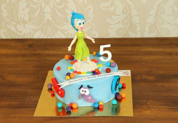 """Детский торт """"Inside Out""""  Многие дети и взрослые полюбили маленькую девочку Райли и ее #эмоции, ведь они такие веселые и добрые. А если ваш ребенок любит этих героев, то лучшим украшением праздничного стола в их День Рождения станет яркий и красочный #торт с любимыми героями!  С удовольствием изготовим, а если вы пожелаете то и доставим, торт #Головоломка весом от 2-х кг стоимостью 2150₽/кг.  Изготовление #ФигуркиИзМастики Радости всего 200₽. Каждая #ФигуркаНаТорт уникальна!  Менеджеры…"""