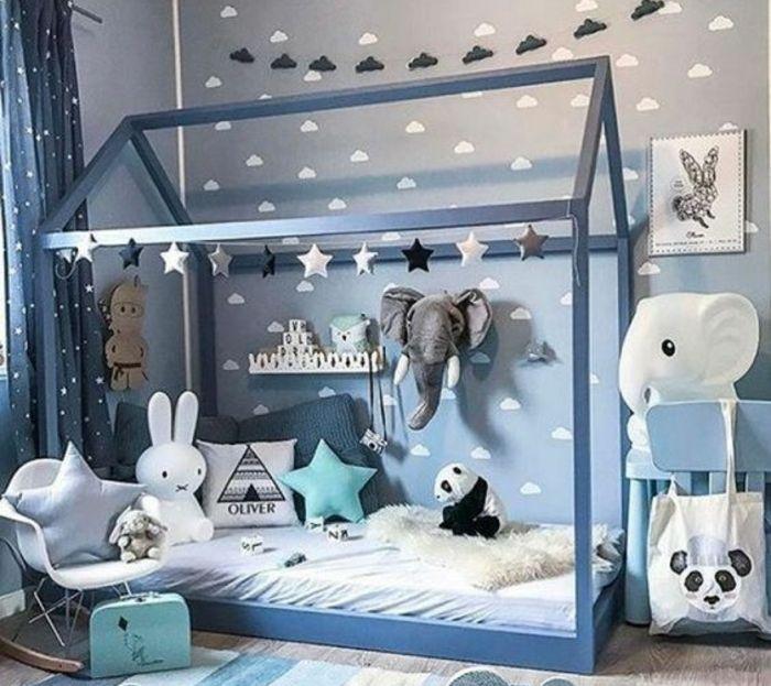 idée-comment-aménager-une-chambre-montessori-pour-bébé-garcon-en-bleu-gris-et-blanc-lit-maisonnette-montessori-coussins-jouets-chaise-à-bascule-scandinave-tapis-à-rayures-panda-éléphant-lapin