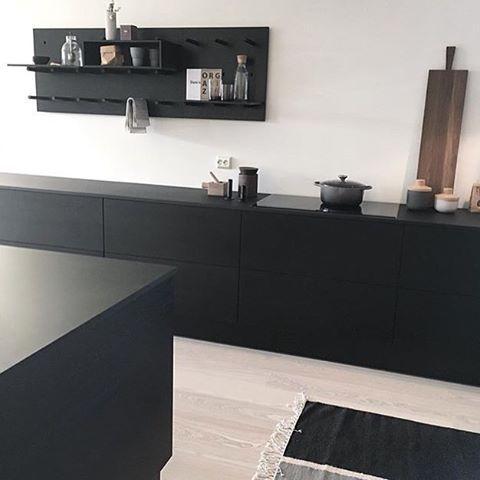 Black on black hjemme hos @krostad ▪️▪️. #kjøkken#jke#jkedesign#rivabyjke#kitchen#blackkitchen#svartkjøkken#black#svart#design#interiør#interior#interiordesign#interiørdesign#kjøkkeninspirasjon#danskdesign#madeindenmark#minimaldesign #minimalisme#inspirasjon#nordiskehjem#funkis#skandinaviskdesign#skandinaviskehjem