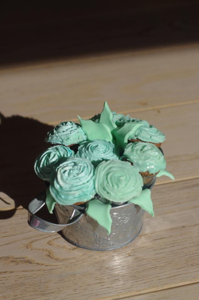 Cupcake rose bouquet   http://sphotos-c.ak.fbcdn.net/hphotos-ak-snc6/166724_502222339815653_1159894301_n.jpg