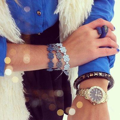 Luisa liebt die neuen Cruciani-Armbänder in deb Farben hellblau, petrol und grau