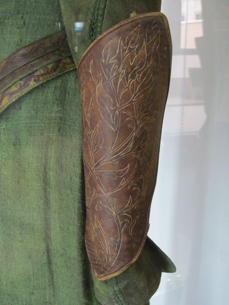 Awesome details of Tauriel's bracers. Photo credits: https://www.flickr.com/photos/26018307@N08/