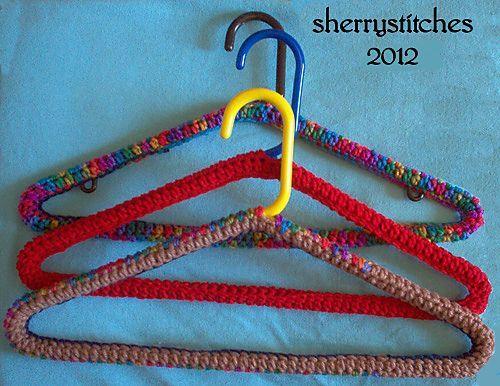 Плечики для одежды, обвязанные крючком