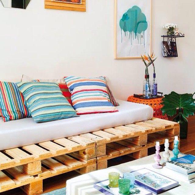 Sofá novo sem complicação! Pallets, um colchão e almofadas para deixar o encosto confortável. Aposte! #decorarmaispormenos PROJETO: @casaarquiteturarj