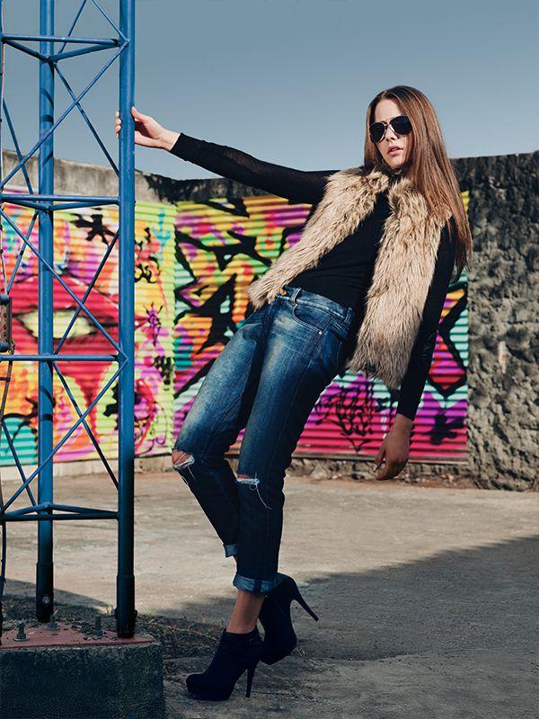 Buso: Ref. E208940 - $79.900 Chaleco: Ref. E073101 - $119.900 Boyfriend jeans: Ref. E131725 - $139.900 Botín: Ref. E083190B - $119.900 Gafas: Ref. E213883 - $29.900