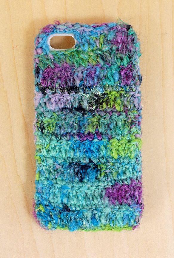 紫の髪の人魚を使って編んだニットのiPhoneケースです。アンティークのような古びた感じを青系の色で表現した糸です。深海を自由に泳ぐ人魚の色合いをiPhone...|ハンドメイド、手作り、手仕事品の通販・販売・購入ならCreema。