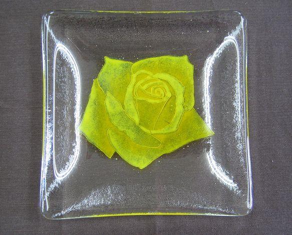 透明なガラスを2枚重ねて焼き黄色いバラを咲かせましたガラスを2枚重ねにするのは割れにくくするためです黄色いバラはガラスの粉をしっかりと焼き付けてありますので手...|ハンドメイド、手作り、手仕事品の通販・販売・購入ならCreema。