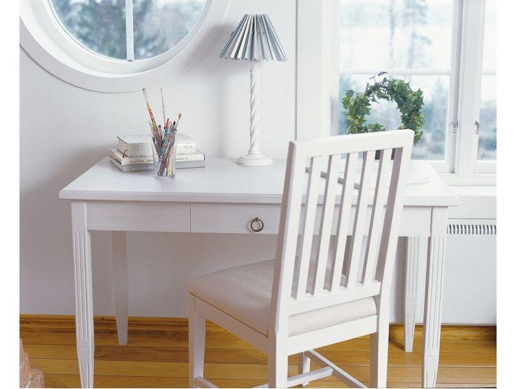 Skrivbord Stockholm är en möbel med ursprung från traditionellt svenskt hantverk. Rena linjer med fin balans mellan då och nu. En låda. #skrivbord #arbetsplats #englesson