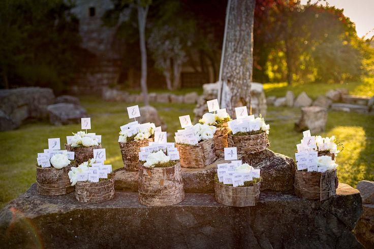 Un matrimonio in primavera, romantico e country chic, con lo sfondo delle colline umbre, tra colori pastello, legno, rose e peonie.