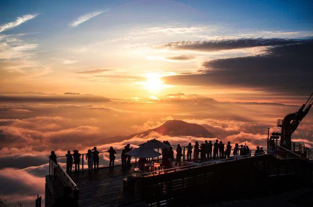 国内に人気雲海スポット、長野県の竜王に、新しいカフェが誕生。その名も「SORA terrace cafe」は、まるで雲の上にいるような感覚を味わいながら、地元の食材を使った限定メニューなども楽しめるそう。オープンするのは、高確率(約67%!)で雲海が出現するスポットとして、これまでも人気を集めていた「SORA terrace」のすぐ隣。
