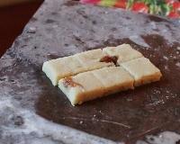 Pate d'amande enrobee au chocolat