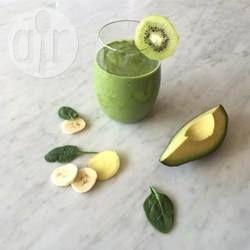Een voedzame groene smoothie met detox kwaliteiten ;-) Spinazie, kiwi, avocado en banaan worden gepureerd met groene thee en een vleugje pittige gember.