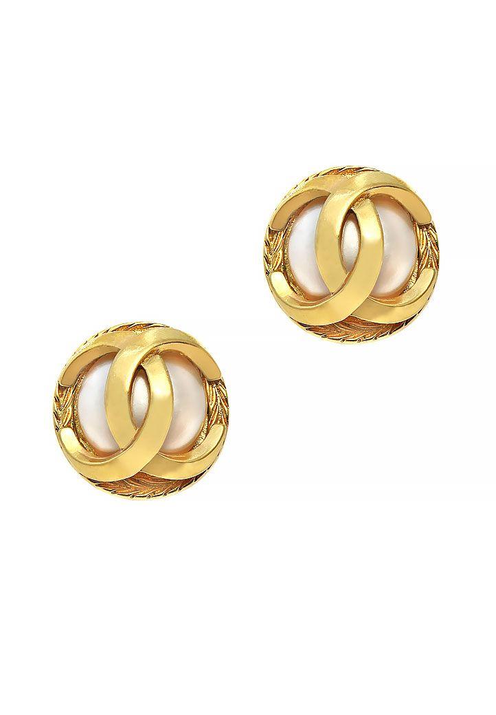 Винтажные клипсы Chanel выполнены в виде крупных жемчужин с логотипами марки из металла с позолотой.
