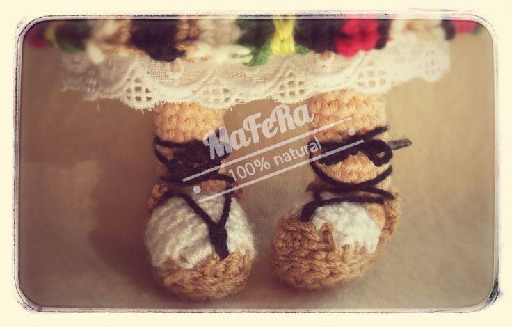 Detalles de calzado manchego hecho a crochet.