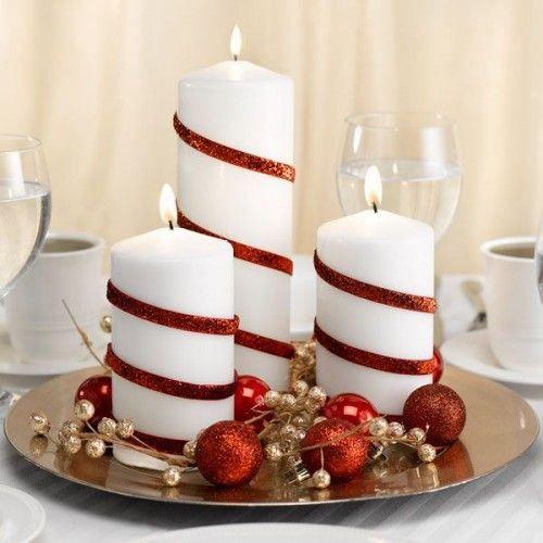 Selecionamos 25 ideias de decoração de mesas de Natal com velas: é simples, econômico e muito bonito. As velas estão enfeitadas com fitas vermelhas com brilho e estão sobre uma bandeja com bolas natalinas.