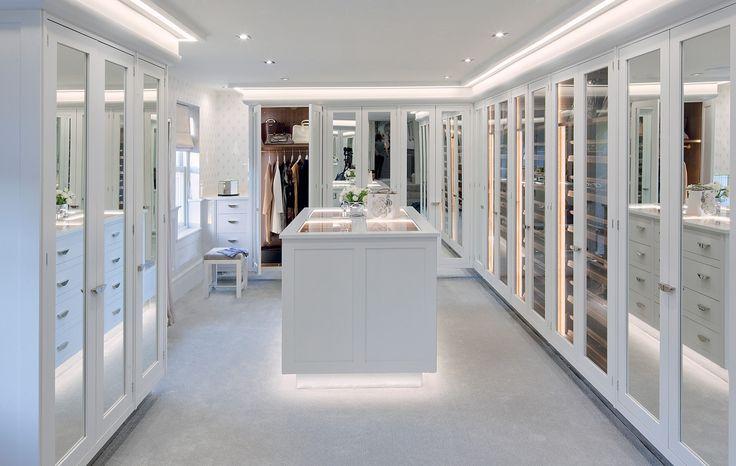 Closet com muitos espelhos e iluminação perfeita!