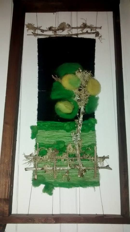 Telar decorativo, diseño árbol en el campo.