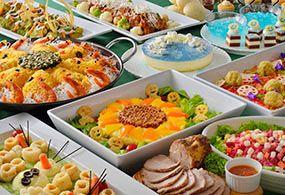 東京ディズニーランドのレストラン「クリスタルパレス・レストラン」のご紹介。世界各国のバラエティ豊かな料理をブッフェスタイルで味わえる、レストラン「クリスタルパレス・レストラン」の紹介ページ。
