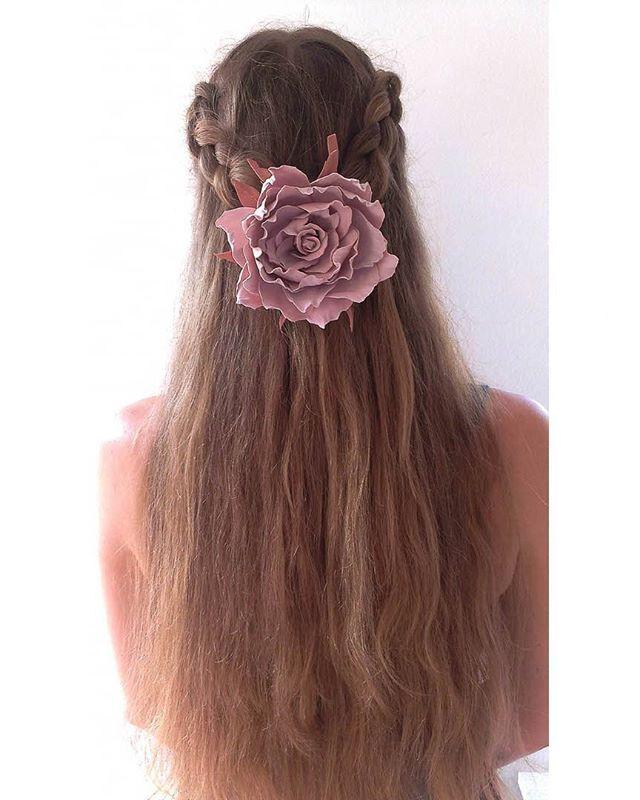 """Вот так """"Винтажная роза"""" смотрится на волосах.  Материал: фоамиран Ручная работа Цена: 15 евро/1000 рублей Заказать заколку можно, написав комментарий к этому посту или сообщение в директ. Доставка почтой по всему миру. #роза #rose #vintagerose #dustyrose #hair #wedding #bride #weddingdress #girl #style #инстамамс #handmade #яневеста #скоросвадьба #цветы #винтажнаяроза #свадьба #организаторсвадеб #подружкиневесты #винтаж #свадебныеукрашения #красиво #прическа #свадебнаяприческа…"""