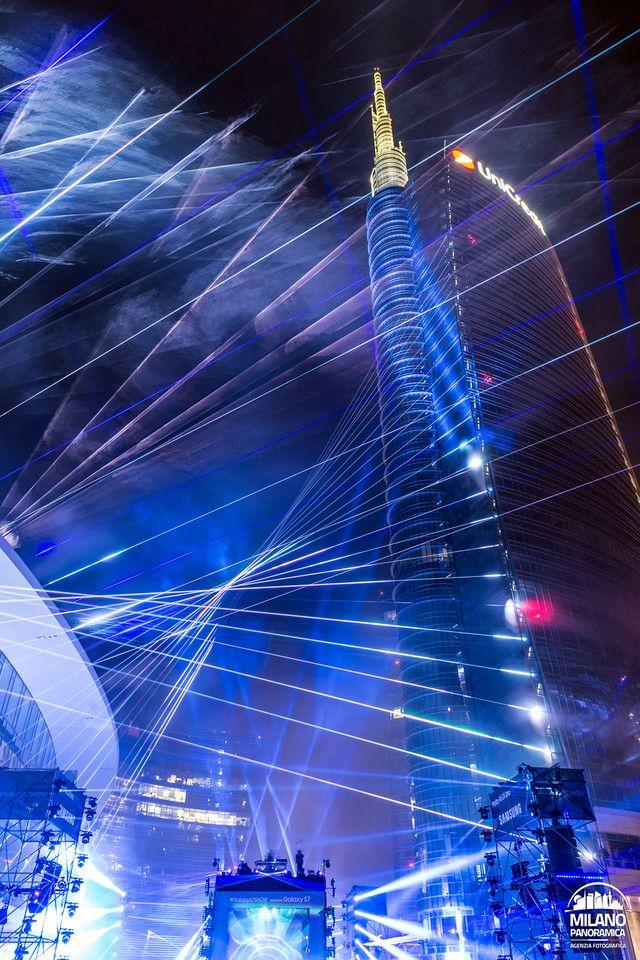 Ieri sera alle 22,30 circa, è partito lo spettacolo di luci e musica ai piedi delle torri di Porta Nuova. Come si poteva immaginare, lo show ha richiamato migliaia di persone per ammirare i giochi di luce laser e ascoltare il ritmo del djset di Fatboy Slim: il primo Urban Laser Show italiano, organizzato da …