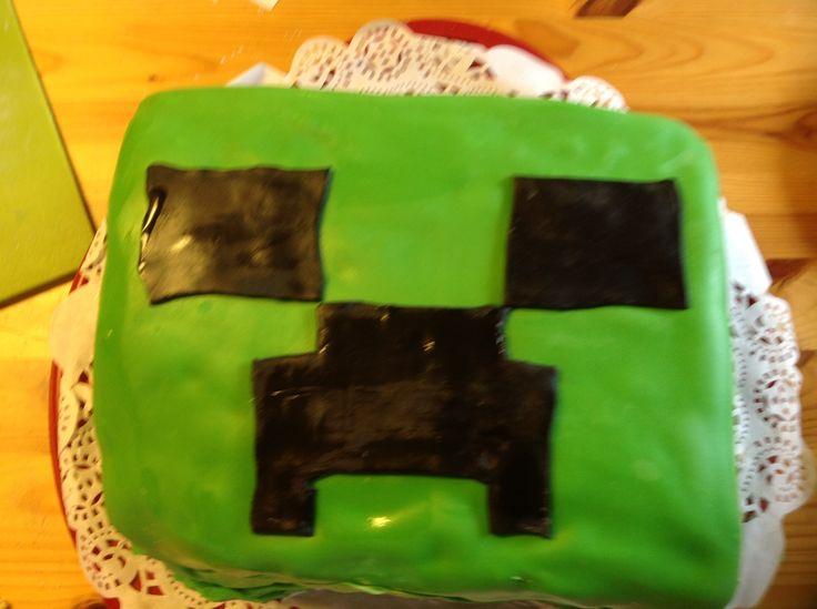Minecraft and creeper. Sokermassasta sisällä mansikkamousse, sokerkakun välissä.