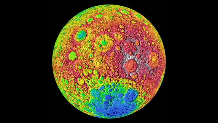 Wir sehen immer dieselbe Seite des Mondes-Kehrt der Mond uns nie den Rücken zu? Nein! Das liegt daran, dass er für eine Drehung um sich selbst genauso lange braucht wie für den Umlauf um die Erde, die sogenannte gebundene Rotation. Der Rücken des Mondes ist dann dunkel, wenn wir von der Erde aus den Vollmond sehen. Bei Neumond – also wenn der Mond zwischen Erde und Sonne steht – ist die Rückseite in grelles Sonnenlicht getaucht. Für uns ist dieser dann unsichtbar, weil er mit der dunklen…