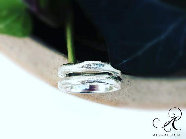 Vackra LOFN är skulpterad och formad likt två ringar i en. Handgjord i 925 silver. Design och arbete: Kenneth Lindström, Alv Design. Se mer i vår webbutik www.alvdesign.se