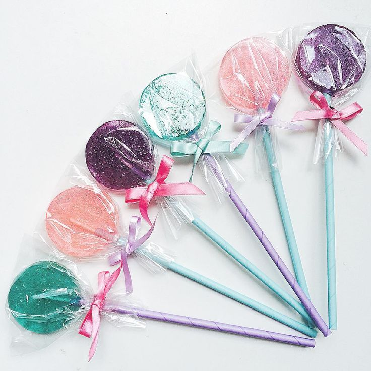 Mermaid themed glitter pops making us long for a tropical lagoon in this sweltering heat.  #mermaid #party #kidsparty #partyideas #favours #partyfavors #glitter #pastel #lollipop #girls #cute