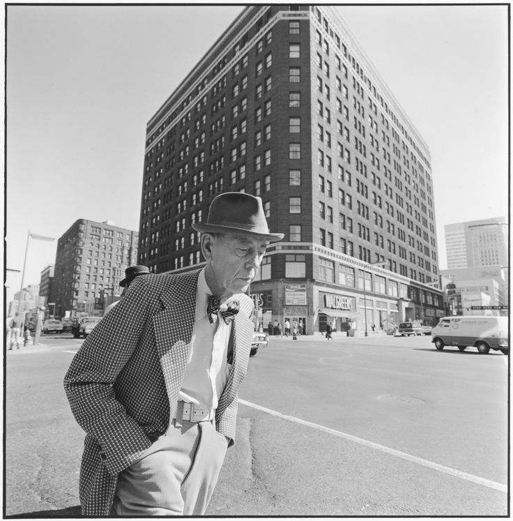 Tom Arndt, Man with a bowtie, 6th J Hennepin, Minneapolis, Minnesota, 1975 ©Tom Arndt/ Courtesy Les Douches la Galerie Paris