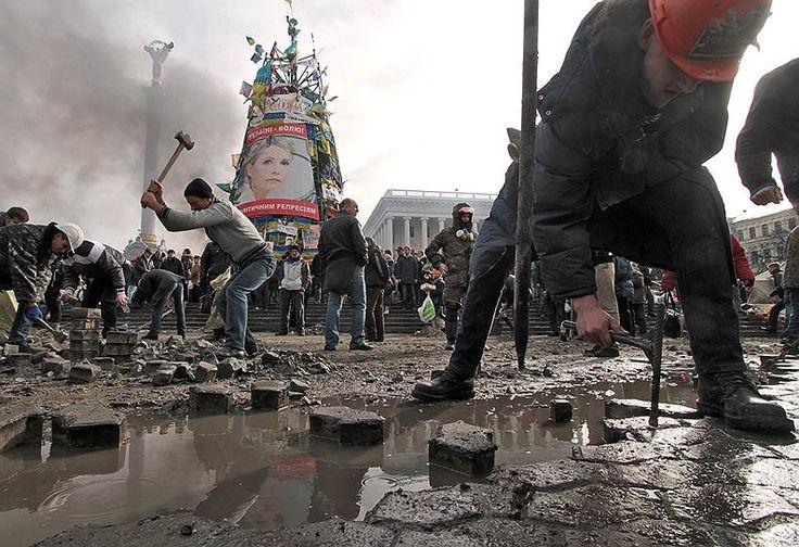 «Украина одной ногой вступила в гражданскую войну» <br>Отказ от подписания соглашений о евроинтеграции привел к крупнейшим в новой истории Украины митингам. Акция, начинавшаяся вполне мирно, переросла в беспорядки с сотнями погибших. Несмотря на то, что Янукович пошел на частичные уступки протестующим, власть ему удержать так и не удалось. В феврале он покинул Киев, заявив, что опасается за свою жизнь. Его местонахождение некоторое время было неизвестно. Основываясь на публичном отказе главы…