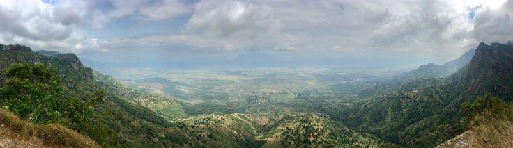 Am Irente Aussichtspunkt liegt uns ganz Tansania zu Füßen. Links und recht schieben sich die gewaltigen Usambara-Berge durch die Wolken in deren Wäldern Nashornvögel und Chamäleons leben.
