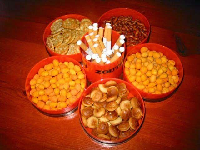 zoutjes met sigaretten stonden op de tafel bij feestjes