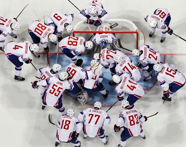 Os jogadores da seleção francesa de hóquei no gelo juntam-se antes do começo da partida frente à Rússia, a contar para o Campeonato do Mundo de Hóquei no Gelo de 2013 que se joga em Helsínquia. (© © REUTERS / Grigory Dukor)