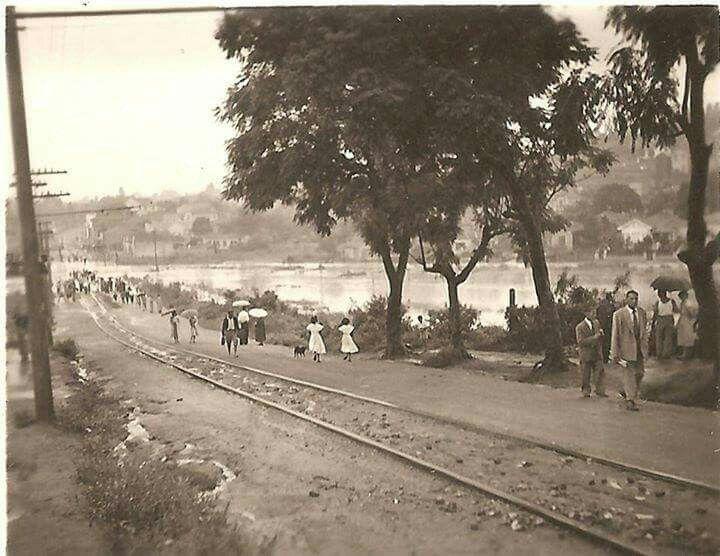 Década de 1940 - Rua Ibirarema esquina com a atual avenida Professor Abraão de Moraes, em dia de enchente no Bosque da Saúde.