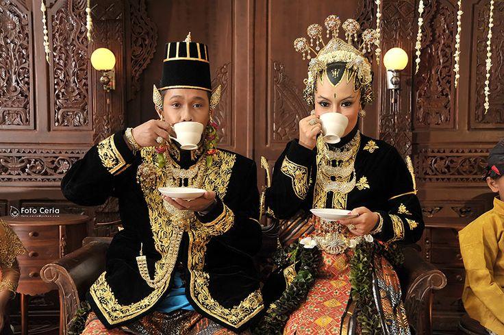Salah satu moment dalam Upacara Pernikahan Adat Jawa ^^ .  Phone: 0857 0111 1819 . YM  email: foto.ceria@yahoo.com . PIN BB: 2 5 B 3 E 6 8 7 . Facebook: Foto Ceria . LINE  Instagram: fotoceria . Twitter: @fotoceria . Website: www.fotoceria.com  . fotoceria prewedding couple wedding pernikahan perkawinan menikah pengantin foto fotografer weddingphotographer Yogyakarta Jogja love happy romantic smile ceria AdatJawa Adat Jawa tradisional CeriaLovers SharePict