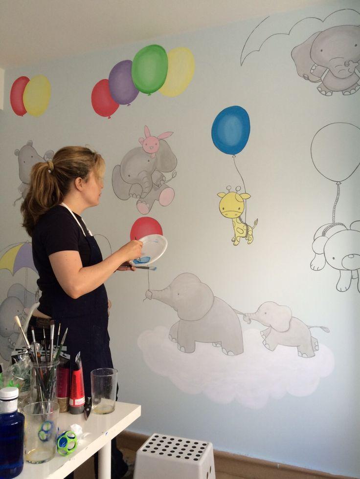 Pintando en una habitación infantil de bebe.