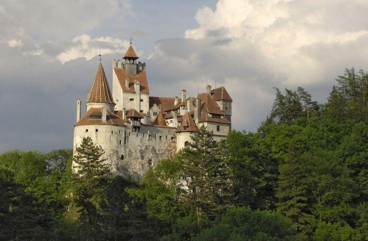 Rumunský hrad Bran patří mezi oblíbené turistické destinace díky příběhu o hraběti Drákulovi, kterého barvitě vykreslil ve slavném románu Bram Stoker.