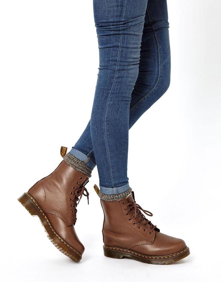 botas en color marrón de piel de oveja con 8 ojales Serena de Dr Martens