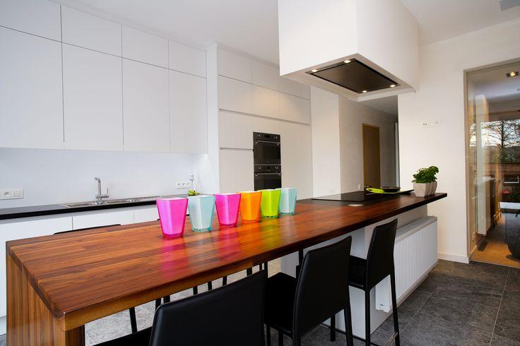 Strakke witte keuken met massief houten werkblad uitgevoerd in ...