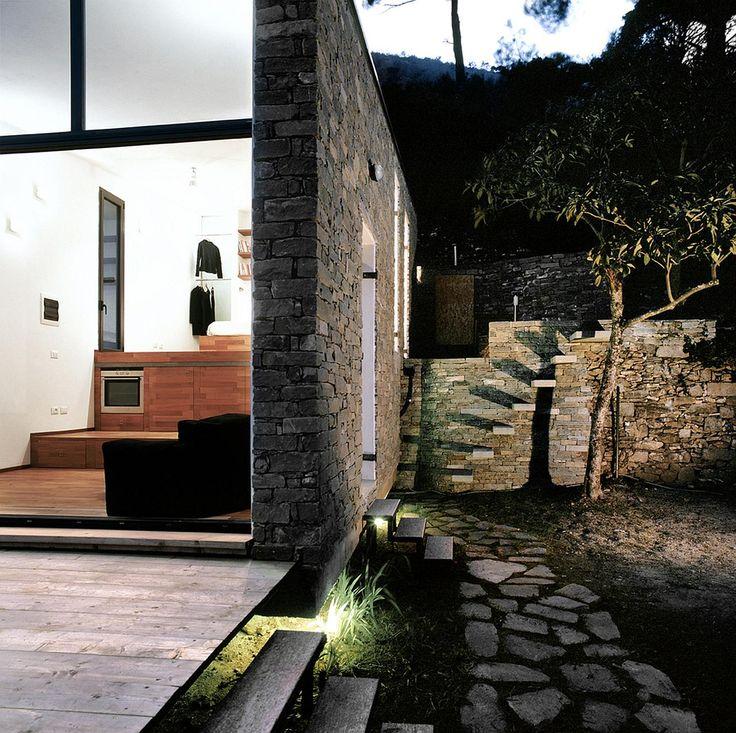 Esterno illuminazione casa + scala a sbalzo in cemento - architettura moderna in ambiente rustico