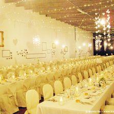 Allestimento scenografico sala da pranzo con pallet, cornici e luci vintage   Wedding designer & planner Monia Re - www.moniare.com   Organizzazione e pianificazione Kairòs Eventi -www.kairoseventi.it