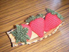 Ravelry, #crochet, free pattern, strawberry, amigurumi, keychain, play food, #haken, gratis patroon (Engels), aardbei, voedsel, fruit, sleutelhanger, decoratie, gebak versieren, #haakpatroon