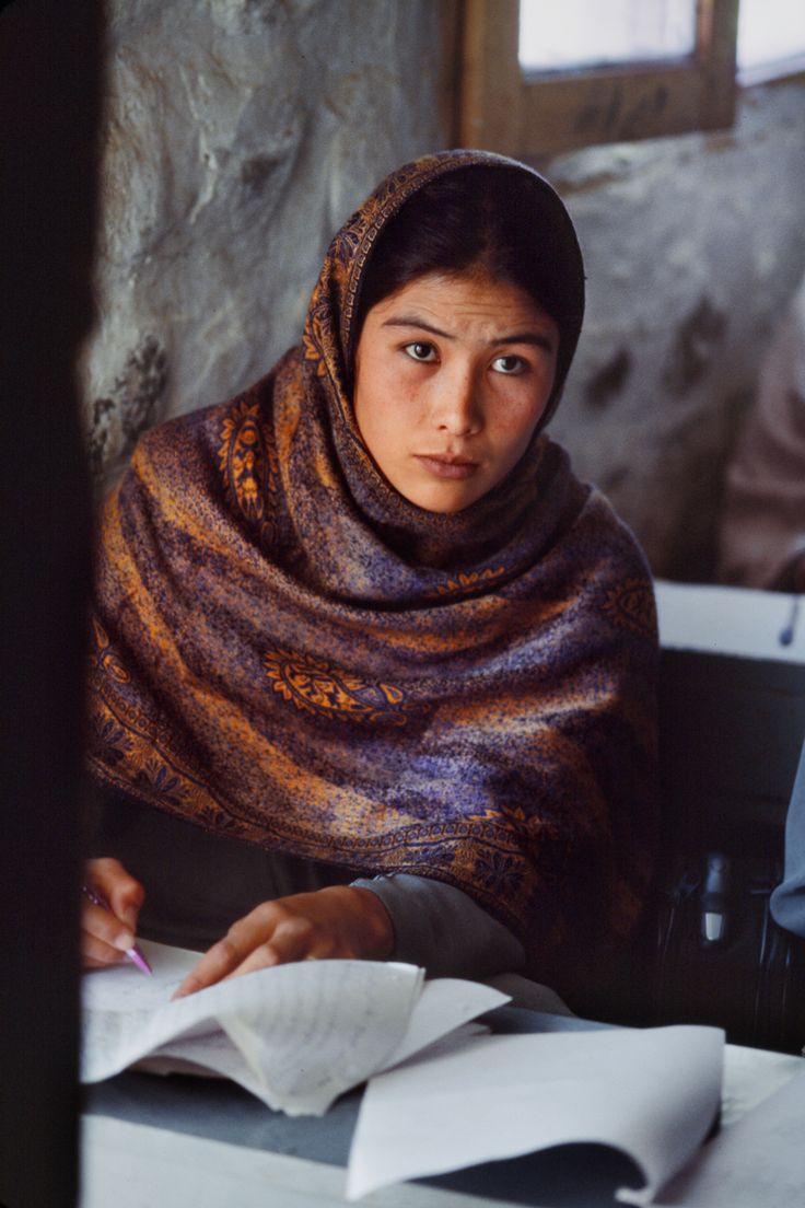 Linda jovem afegã, na escola.  Fotografia: Steve McCurry.