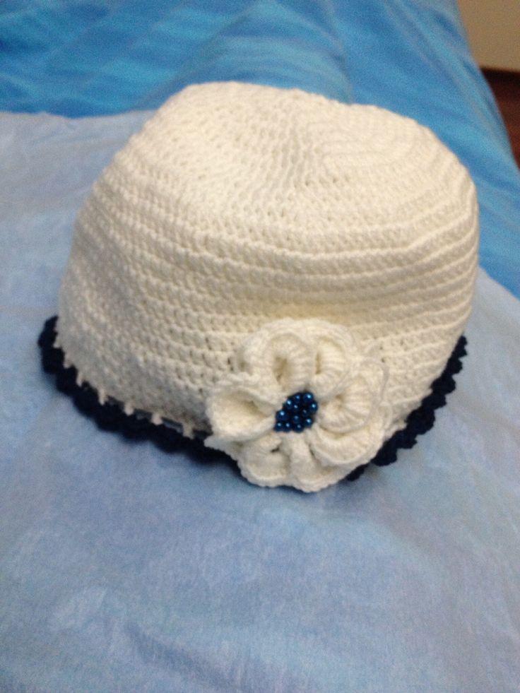 Cappellino punto alto con bordo blu fatto con cappe