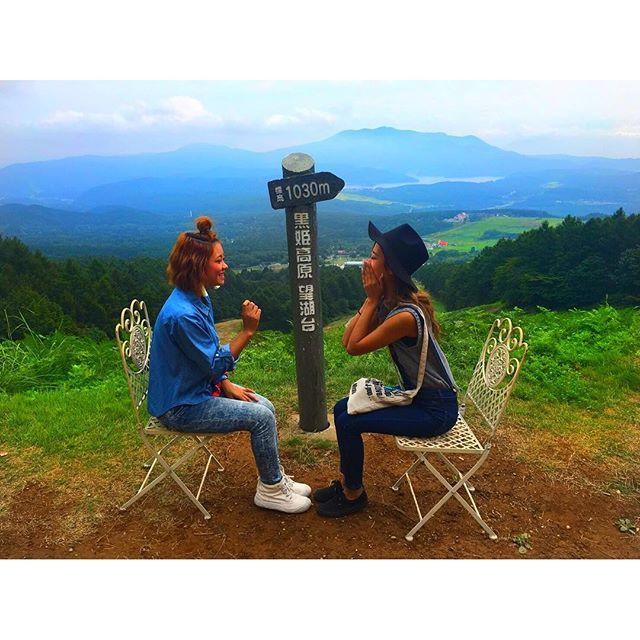 【723kuuuun】さんのInstagramをピンしています。 《. 標高1030㍍でお喋り👍🏽 gooood!! 後ろに見えてるのは 野尻湖だよよよん🗻 . . . #長野#黒姫高原#コスモス園#花#リフト#スキー場#夏のスキー場#自然#緑#森#山#涼しい#信濃町#田舎#最高#nagano#green#nature#love#instgood#SKY#followme》