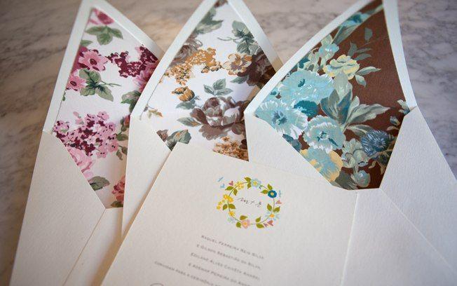 Forro florido dá um colorido diferente ao convite de casamento. De S. Cards