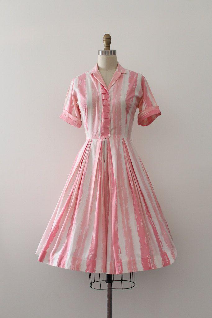 Mooie roze shirtwaist jurk uit de jaren 1950. Ik hou van het midden van de eeuw afdrukken van geschilderde strepen roze over witte stijl.  Label: kan niet lezen het eerste woord, maar de tweede is golfspeler Sluiting: knop vooraan  Maten: Best Fit: kleine  Bust: 36 Taille: 27 Heupen: open  Lengte: 39 De lengte van de mouw: 8 gerold  Voorwaarde: uitstekende vintage staat - ontbreekt de haak aan taille en ik zag een paar uiterst kleine kleine vlekken in rok, maar ze zijn allemaal binnen…