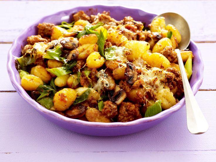 Schnelles Mittagessen aus dem Ofen: Wir zeigen im Video, wie du aus einfachen Zutaten einen herzhaften Gnocchi-Auflauf zubereitest.